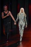 David y Phillipe Blond camina la pista durante Blonds febrero de 2017 Imagenes de archivo