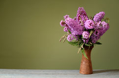 Davidii di Buddleja in un vaso ceramico Immagine Stock