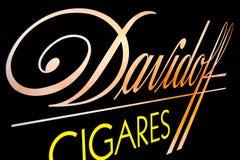Davidoff cigares loga Neonowy zakończenie up w zmroku fotografia stock