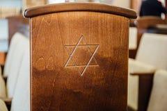 Davidsstjärna, judiskt symbol på träbänk eller stol i synagoga royaltyfri bild