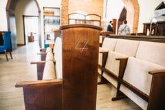 Davidsstjärna, judiskt symbol på träbänk eller stol i synagoga royaltyfri foto
