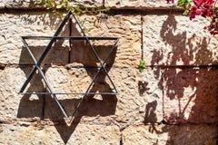 Davidsstjärna på stenväggen royaltyfri fotografi