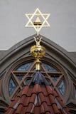 Davidsstjärna symbol av judendom på tak royaltyfria bilder