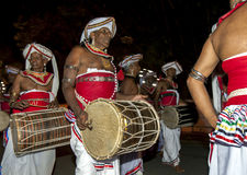 Davul球员沿康提执行,在Esala Perahara期间的斯里兰卡街道  免版税库存图片