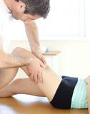 dawać fizycznego terapeuta noga przystojnemu masażowi Fotografia Royalty Free