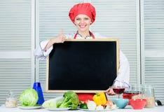 Dawać jej zatwierdzeniu Ładna kobieta gestykuluje aprobaty z pustym blackboard Mistrzowski kucharz przy kulinarną klasą szef odos zdjęcie royalty free