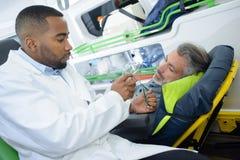 Dawać oddychanie masce pacjent zdjęcie stock