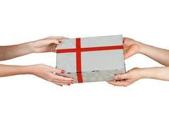 Dawać prezentowi od ręki ręka Fotografia Stock