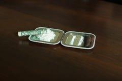 Dawka kokaina i staczający się dolar na lustrze Obraz Royalty Free