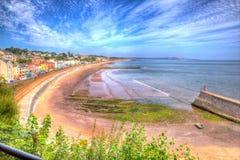 Dawlish Devon Αγγλία με τη διαδρομή σιδηροδρόμων παραλιών και θάλασσα τη θερινή ημέρα μπλε ουρανού σε HDR Στοκ Εικόνες
