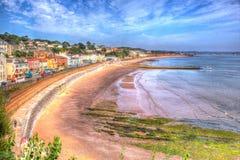 Dawlish Devon England met het spoor van de strandspoorweg en overzees op de blauwe dag van de hemelzomer in HDR Royalty-vrije Stock Foto