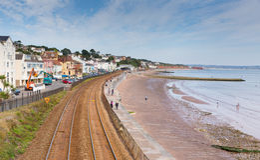 Dawlish strand Devon England med järnvägsspår och havet Fotografering för Bildbyråer