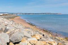 Dawlish Warren plaża Devon Anglia na niebieskie niebo letnim dniu i skały zdjęcie stock