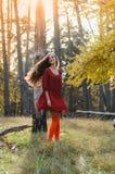 Dawn, ένα κορίτσι που χορεύει στο δάσος Στοκ Φωτογραφία