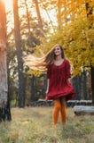 Dawn, ένα κορίτσι που χορεύει στο δάσος Στοκ φωτογραφία με δικαίωμα ελεύθερης χρήσης