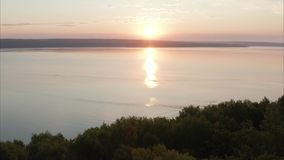 Dawn πέρα από μια δασική και τεράστια λίμνη Οι βλαστοί καμερών επάνω από τα δέντρα ενάντια στο σκηνικό της λίμνης Οι κορυφές απόθεμα βίντεο