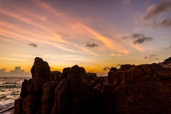 Dawn πέρα από τη θάλασσα και βράχοι σε ένα τροπικό νησί Στοκ Εικόνες