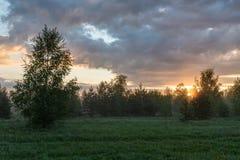 Dawn πέρα από το λιβάδι και το δάσος Στοκ φωτογραφία με δικαίωμα ελεύθερης χρήσης