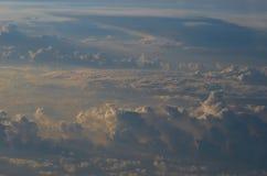 Dawn στα σύννεφα στο αεροπλάνο στοκ εικόνες