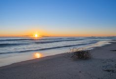Dawn στην παραλία, όμορφος έναστρος ήλιος πέρα από τον ορίζοντα Μακροχρόνια έκθεση στην παραλία της Βαλένθια στοκ φωτογραφία