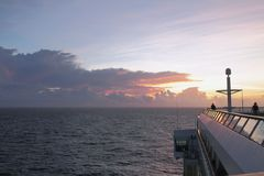Dawn στον ωκεανό και τη γέφυρα του σκάφους της γραμμής κρουαζιέρας καραϊβική θάλασσα Στοκ εικόνες με δικαίωμα ελεύθερης χρήσης