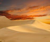 Dawn στους αμμόλοφους mesquite - κοιλάδα θανάτου Στοκ Εικόνα