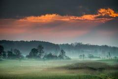 Dawn στο misty αγροτικό τοπίο Στοκ εικόνα με δικαίωμα ελεύθερης χρήσης