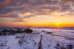 Dawn το χειμώνα πέρα από τον τομέα στο χιόνι στοκ φωτογραφία