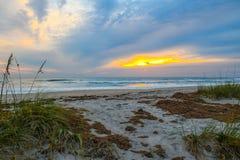 Dawn Behind las dunas de arena fotos de archivo libres de regalías