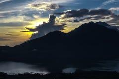 Dawn in bergen, bewolkte hemel, verwarmende stralen van de zon door de wolken Stock Foto