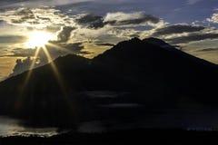Dawn in bergen, bewolkte hemel, verwarmende stralen van de zon door de wolken, schoot van een hoogte van 2000 meters Royalty-vrije Stock Fotografie