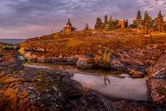 Dawn bij Eiland, het Meer van Ladoga, Karelië, Rusland Stock Fotografie