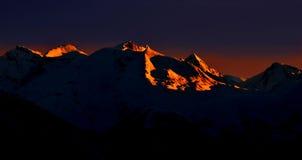 Dawn in de bergen stock foto's