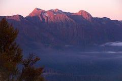 Dawn in de bergen en mist in de vallei Stock Afbeelding