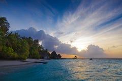 Dawn in de Maldiven met lagunemeningen, en bungalowwen Royalty-vrije Stock Foto's