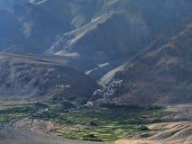 Dawn in de reusachtige bergvallei van Zanskar, aan het front van grote vruchtbare groene gebieden, aan de achtergrond op de helli Stock Afbeelding