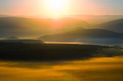Dawn in de vallei met de zon Stock Foto