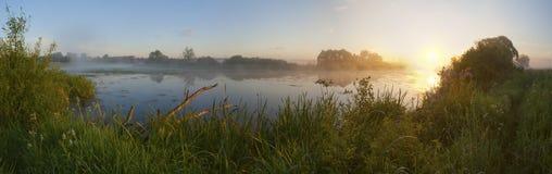 Dawn in een mist op de rivier. stock fotografie