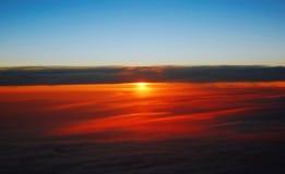 Dawn in een vliegtuig. stock afbeeldingen