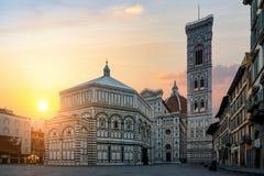 Dawn en Basiliek in Florence stock foto