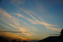 Dawn en het spoor van het vliegtuig stock afbeelding