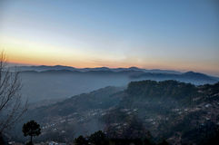 Dawn en mistige bergen Royalty-vrije Stock Foto