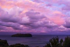 Dawn en rode wolken bij Ventotene-eilanden in Italië royalty-vrije stock afbeeldingen
