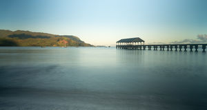 Dawn en zonsopgang bij de Baai en de Pijler van Hanalei op Kauai Hawaï royalty-vrije stock foto's