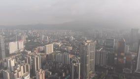 Dawn in Guangzhou, een stad in de nevel In het kader van het commerciële centrum van de stad, wolkenkrabbers onder de woonwijk