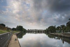 Dawn het Slot en de waterkering van landschapschertsey over Rivier Theems in Londo Stock Fotografie