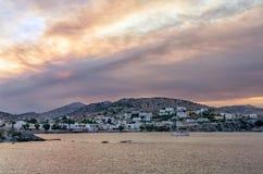 Dawn kleuren over Finikas-dorp in Syros-eiland, Cycladen, Griekenland Royalty-vrije Stock Afbeeldingen
