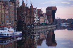 Dawn mening over de rivier Motlawa de Oude Stad in Gdansk Stock Foto's