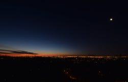 Dawn met lage wolken Presunrisemaan De Horizon van de Stad van New York Stock Afbeeldingen