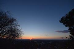 Dawn met lage wolken Presunrisemaan De Horizon van de Stad van New York Stock Fotografie